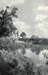 Teich am Donnerschloss; im Hintergrund der Turm vom Schloß, dass 1855 im gotischen Stil errichtet, Architekt Johann Heinrich Strack, Bauherr Bernhard Donner.