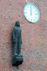 Skulptur - Seemann beim Fischversandbahnhof in Cuxhaven - Keramikfigur, Bildhauer Richard Kuöhl.