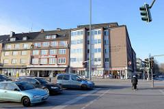 Architektur der 1960er Jahre - wartenden Autos an der Ampel Wandsbeker Marktstraße / Fussgängerin - re. die Wandsbeker Allee.