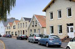 Wohnhäuser mit unterschiedlichen Dachformen - gelbe Ziegelfassade, Verblendsteine; Heinrichstraße in Cuxhaven.