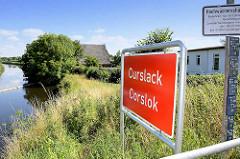 Ortsschild Curslack / Corslok im Hamburger Bezirk Bergedorf - lks. der Schleusengraben.