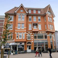 Jugendstilarchitektur in der Nordersteinstraße von Cuxhaven - mehrstöckiges Geschäftshaus mit Risalit / Giebel - Jugenstildekor / Ornamentik.