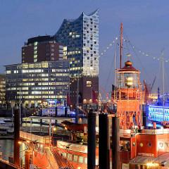 Blick über den Jonashafen / Sportboothafen zum Gebäude der Elbphilharmonie in der Hamburger Hafencity - im Vordergrund das Feuerschiff mit Leuchtanlage, jetzt Restaurant im Hamburger Hafen.