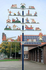 Dekorbaum vor dem Gebäude der Feuerwehr Stadt Otterndorf - Sägearbeiten mit Rettungsaktivitäten der Feuerwehr.