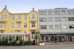 Alt + Neu; historische Bäderarchitektur, Hotel  mit farbig abgesetzter Fassade / Jugendstil Restaurant mit Wintergarten - schlichter Kastenbau mit Ziegelverblendung - Souvenirshop in Duhnen / Cuxhaven.