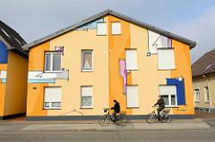 Wohnhaus / Doppelhaus mit farbenfroher Fassade / Hauswand Design bemalt - Brockeswalder Chausee in Cuxhaven.