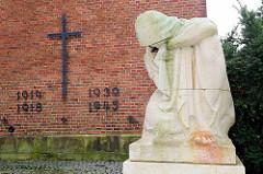 Skulptur Trauernde Frau / Mutter - Gedenkstätte der Weltkriege bei der St. Severi Kirche in Otterndorf.