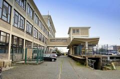 Architektur der 1960er Jahre - Verladerampe für Güterzug; Fischereihafen in Cuxhafen.