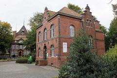 Schloß Ritzebüttel in Cuxhaven. Das Schloss Ritzebüttel  war der Wohnsitz der Hamburger Amtmänner während der Zeit der Zugehörigkeit Ritzebüttels zu Hamburg; das Schloss stammt zum Teil aus dem 14. Jahrhundert. Re. das Gebäude vom alten Amtsgericht