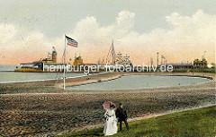 Altes Bild vom Nordseebad Cuxhaven - Touristenpaar, Frau mit langem weissem Kleid und Sonnenschirm, Mann mit Tweedanzug, Bart und Mütze am Deich. Im Hintergrund das Modellbootbecken.