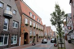 Marktstraße von Otterndorf - lks. das Hadler Haus mit der Stadtscheune; erbaut 1792 als Kaufmannshaus und Kornspeicher - im 19. Jahrhundert als Hotel, später dann als Finanzamt. Seit 2011 ist es das Amtsgebäude der Samtgemeinde Land Hadeln.im 19. Jah