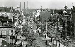 Historische Ansicht von der Wandsbeker Marktstraße - mehrstöckige Gründerzeitgebäude, Geschäftshäuser - Wohngebäude mit Ladengeschäften - im Hintergrund die Christuskirche am Wandsbeker Marktplatz.