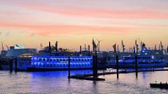 Abenddämmerung im Hamburger Hafen - Blick über den Jonashafen / Sportboothafen beim Baumwall, Vorsetzen.
