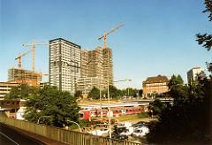 scan-berliner-tor_2002 Blick über die Bahngleise am Berliner Tor in Hamburg St. Georg. Bau des Berliner Tor Centers, im Vordergrund das ehem. Polizeihochhaus.