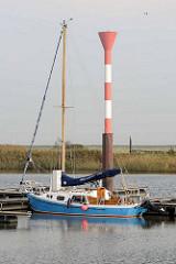 Sportboothafen / Marina an der  Medem in Otterndorf - Blick auf das Leuchtfeuer / Leuchtturm.