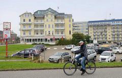 Bäderarchitektur am Hafen von Cuxhafen - historisches Hotelgebäude / Hotel Continental mit modernem Dachaufbau - daneben Gebäudekomplex mit Ferienwohnungen.