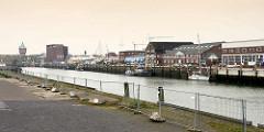 Blick vom Meinkenkai zum Nordseekai im Alten Fischereihafen von Cuxhaven. Der Alte Fischereihafen wurde Anfang 2017 vom niedersächsischen Hafenbetreiber Niedersachsen Ports an die Cuxhavener Plambeck Holding verkauft.  Dieser Hafenbereich soll für