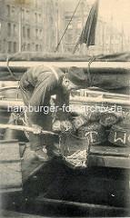 Altes Bild vom Altonaer Fischereihafen - ein Fischer steht auf seinem Kutter  - Kescher mit Fischen, Körbe.