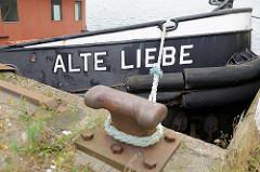Schiffsbug - Schiffstau am Poller, Schiffsname Alte Liebe - Heringskai im Cuxhavener Fischereihafen.