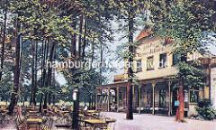 Gaststätte Groß Jüthorn im Wandsbeker Gehölz - Hotel / Pension - Veranda und Tische, Stühle unter Bäumen.