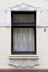 Fenster mit Jugendstil - Stuckdekor, Brookstraße in Hamburg Bergedorf.
