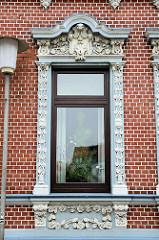 Jugendstilarchitektur in Cuxhaven - Fenster mit floralen Jugendstilelementen verziert.