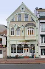 Historische Jugendstilarchitektur mit farblich abgesetzten Stuckelementen - Deichstraße in Cuxhaven.