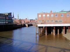 Alte Aufnahme vom Magdeburger Hafen in Hamburg - Lagergebäude auf Eisenstelzen; im Hintergrund die Magdeburger Brücke und die Kirchtürme der St. Katharinen und Nikolaikirche.