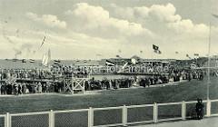 Altes Bild von Cuxhaven -  Segelregatta, Zuschauer stehen bei der Badeanstalt - Flaggen Deutsches Kaiserreich und Hansestadt Hamburg.