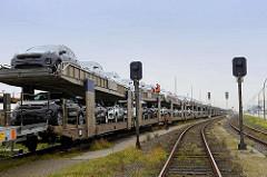 Güterzug / Autozug mit Ladung PKW auf den Gleisen bei der Baudirektor Hahn Straße in Cuxhaven.