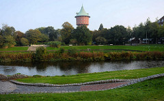 Blick über das Schleusenpriel in Cuxhaven zum Wasserturm; technisches Denkmal / erbaut 1897 - Höhe 47m, bis 2004 in Funktion - jetzt Nutzung als Bürofläche.