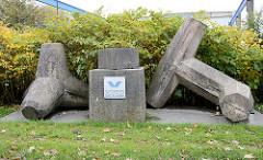 Wellenbrecher / Tetrapode aus seewasserfestem Beton - Schaustücke an der Neufelder Straße in Cuxhaven.