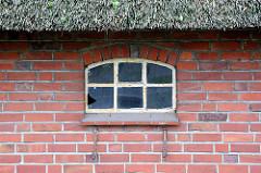 Eisenfenster zur Tenne - Reetdach - Bauernhaus in Tangstedt / Ortsteil Wilstedt.