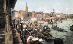 Blick in den Hamburger Binnenhafen  - Barkassen und Schuten liegen eng im Hafen - re. der Zollkanal.