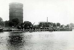 Hamburg Rothenburgsort in der Vorkriegszeit: Binnenschiff am Landungssteg in der Billwerder Bucht, Hafenkräne - einzelne Häuser am Ausschläger Elbdeich - Gasometer.