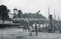 Historische Ansicht vom Altonaer Hafen - Fischkutter / Ewer am Kai, Kinder mit Angel. Im Hintergrund der Turm vom Donnerschloss - 1855 im gotischen Stil errichtet, Architekt Johann Heinrich Strack, Bauherr Bernhard Donner.