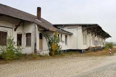Leerstehende Lagergebäude mit Laderampe am alten Güterbahnhof in Cuxhaven.