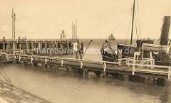 Holzsteg / Landungsbrücke an der Alten Liebe in Cuxhaven.