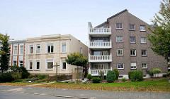 Neu + Alt; einstöckige Gründerzeitarchitektur mit Flachdach - modernes Wohngebäude mit Ziegelfassade - gedrechseltes Balkongeländer / Säulen; Architektur in Cuxhaven - Strichweg.