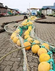 Fischnetz und gelbe Kunststoffboje am Hansakai in Cuxhaven.