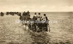 Historisches Foto von Wattwagen im Wasser - Personenwagen mit Touristen von Pferden gezogen auf den Weg zur Insel Neuwerk.