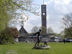Matthias Claudius Denkmal auf der Wiese am Wandsbeker Marktplatz - im Hintergrund die Baustelle / Umbau vom Wandsbeker Busbahnhof - Kirchturm der Christuskirche ( ca. 2005 )