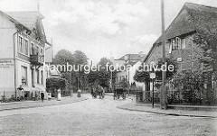 Altes Bild von Dockenhuden - Pferdefuhrwerk und Droschke; Kinder und Frauen auf der Straße - Fischräucherei. Dockenhuden war eine eigenständige holsteinische Gemeinde, die 1919 mit der Nachbargemeinde Blankenese zusammengelegt wurde.