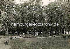 Altes Bild von der Grünanlage am Wandsbeker Markt - Spaziergänger am Puvogelbrunnen; ehem. Bürgermeister der Stadt Wandsbek, eingeweiht 1907 - Bildhauer Prof. Uechtritz.