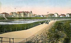 Colorierte historische Ansicht von der Deichpromenade in Cuxhaven - Baderachitektur hinter dem Deich.