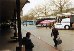 scan-3-zob-2001 Bushaltestellen am ZOB vor dem Umbau, Passagiere und wartende Autobusse - Bilder aus Hamburg St. Georg.