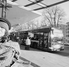 Busbahnhof Wandsbek Marktplatz - Ziehharmonikabus / Gelenkbus an der Haltestelle.