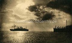 Alte Gegenlichtaufnahme an der Alten Liebe in Cuxhaven - ein Passagierdampfer fährt in der Elbmündung.