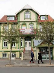 Gründerzeitarchitektur - Wohnhaus in Duhnen / Cuxhaven; Plakat Ferienwohnungen zu vermieten; kleiner Fischimbiss.