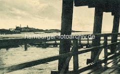 Altes Bild von Duhnen an der Nordseeküste bei Cuxhaven - Blick über die Holzbrücke / Badebrücke zum Badeort.